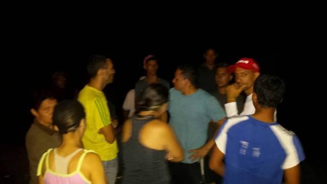 Familiares a la orilla de la playa esperando presencia de bomberos. Foto: Guillermo Pérez