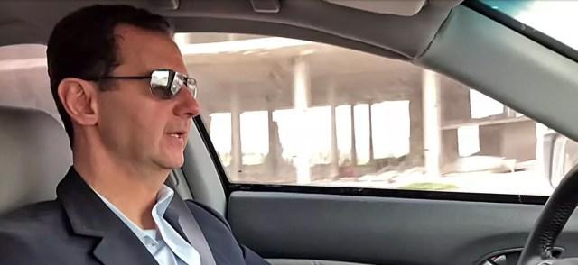 Bashar al-Assad recorrió la zona destruida manejando su Honda (foto captura video)