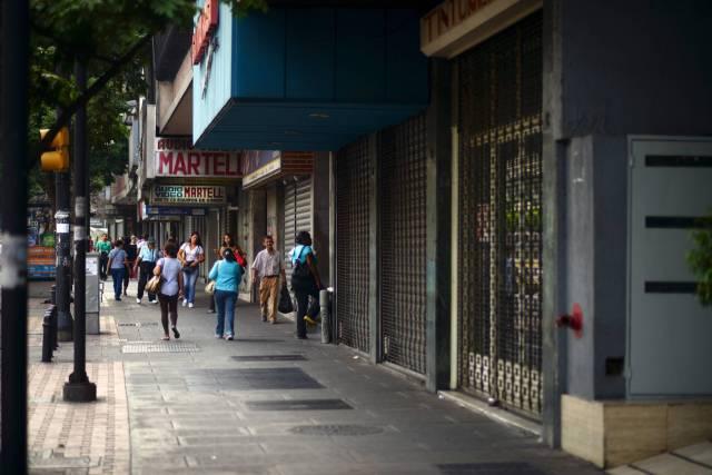 Comercios cerrados en una calle de Caracas/ Foto JUAN BARRETO (AFP)