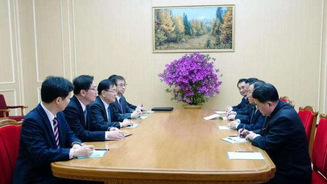 Delegaciones de Corea del Norte y Corea del Sur, este lunes en la Casa Azul, Pyongyang - Reuters
