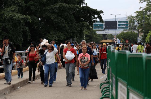 CÚCUTA, COLOMBIA - 16 DE FEBRERO: Los venezolanos se ven cruzando el Puente Internacional Simón Bolívar, que conecta Venezuela con Colombia, el 16 de febrero de 2018 en Cúcuta, Colombia. Al menos 40.000 venezolanos entran a diario a Colombia por la falta de empleo y suministros básicos, y por la depreciación de la moneda en su país. Algunos de ellos cruzan a Colombia un día y regresan a Venezuela luego de hacer sus compras en el país vecino.