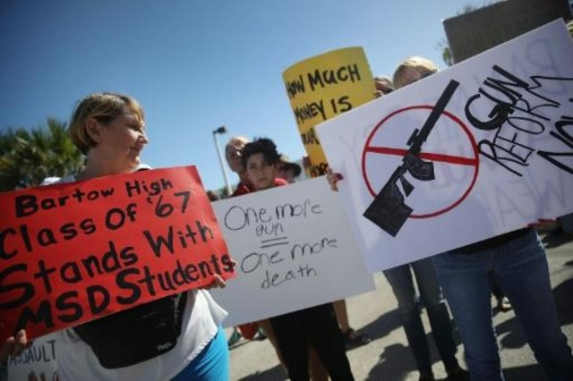 Activistas protestan frente a fábrica de armas Kalashnikov USA en Florida, el 25 de febrero de 2018. Foto: AFP