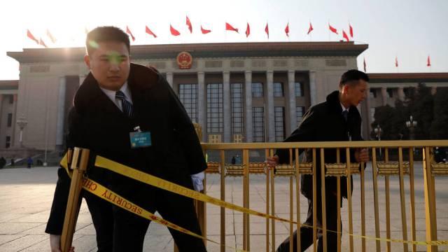 El personal de seguridad instala una vaya alrededor del Gran Salón del Pueblo antes del Congreso Nacional Popular en Pekín, el pasado 2 de marzo de 2018. (Foto: Reuters)