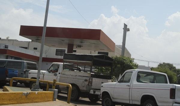 """""""Estamos esperando la gandola que llegue en la tarde y comenzaremos a despachar"""", dijo uno de los trabajadores de una """"bomba"""" cerrada (Foto: Panorama)"""