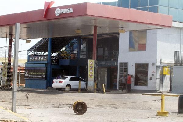 Las colas no se hicieron esperar y una larga fila de autos esperaba turno en la única gasolinera abierta en La Limpia, a la altura del sector El Periférico (Foto: Panorama)