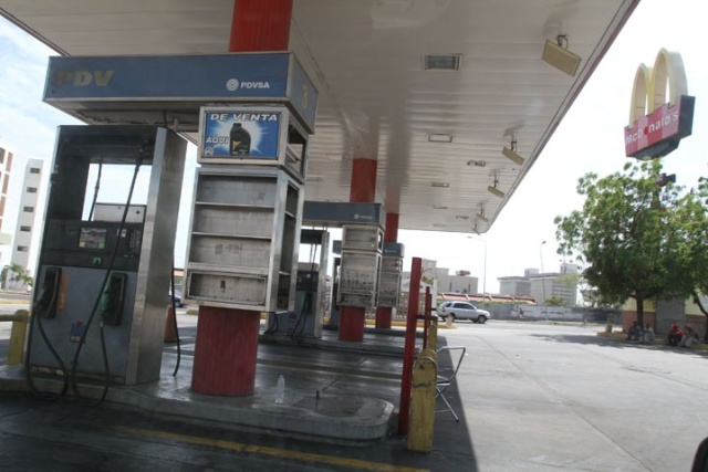 En el tramo de la circunvalación 2 que va de La Limpia a la iglesia San Tarsicio, las dos gasolineras que surten la zona, Amparo y Cumbres de Maracaibo, estaban cerradas también por falta de combustible (Foto: Panorama)