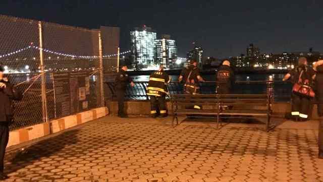 Policías junto al East River, donde un helicóptero se ha estrellado hoy. Foto: AP