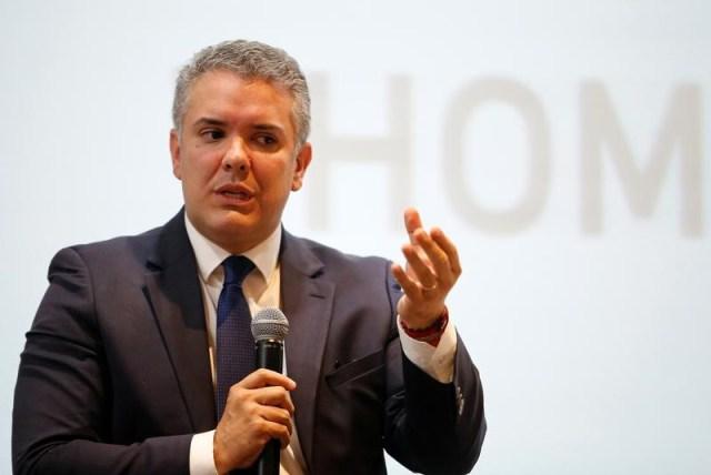 El candidato presidencial de Colombia Ivan Duque durante un discurso en un foro organizado por Thomson Reuters en Bogota, Colombia el 9 de octubre de 2017. REUTERS/Jaime Saldarriaga