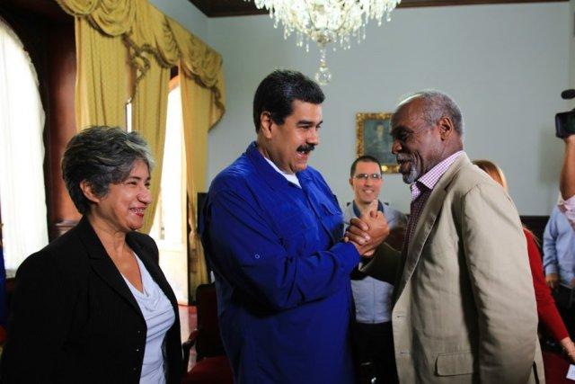 El presidente Nicolás Maduro con el actor estadounidense Danny Glover. @PresidencialVen