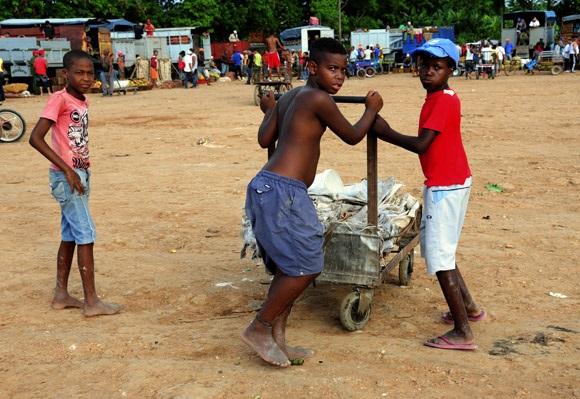 Niños vendiendo sacos en el mercado de 114, Marianao, La Habana (Foto extraída de Cubanet.org)