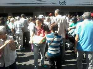 Por segundo día consecutivo, pensionados hacen largas colas para cobrar dos millones de bolívares #19Jul