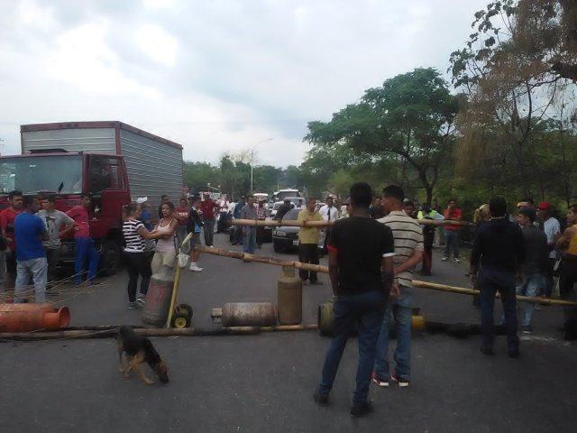Foto: Protesta en la Troncal 5 por escasez de gas doméstico / Cortesía