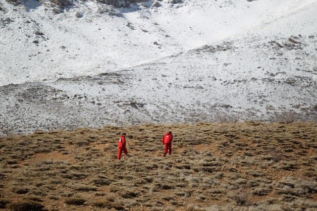 Miembros del equipo de emergencias y de rescate buscan los restos del avión estrellado en una zona montañosa del dentro de Irán el 19 de febrero de 2018. REUTERS/Tasnim News Agency