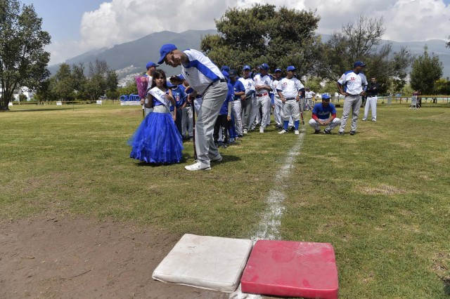 Venezuelan immigrants take part in the inauguration of the Pichincha League Softball Championship, at Parque Bicentenario, in Quito on March 18, 2018. The increase in the number of Venezuelan immigrants in Ecuador leaded to growth of the softball league from four to 16 teams in the last years, with some 450 players in total. / AFP PHOTO / Rodrigo BUENDIA / TO GO WITH AFP STORY BY PAOLA LOPEZ
