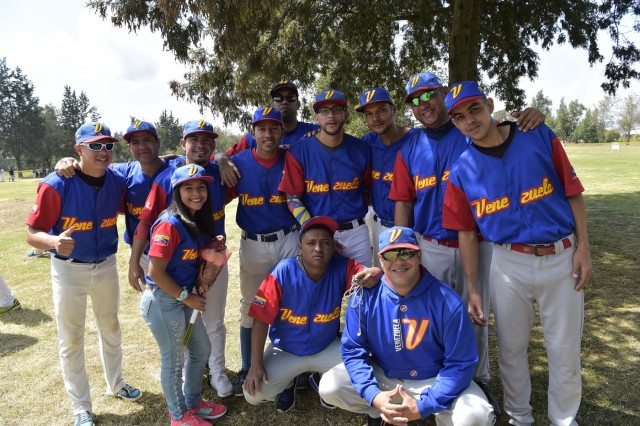 Venezuelan immigrants pose for a picture during the inauguration of the Pichincha League Softball Championship, at Parque Bicentenario, in Quito on March 18, 2018. The increase in the number of Venezuelan immigrants in Ecuador leaded to growth of the softball league from four to 16 teams in the last years, with some 450 players in total. / AFP PHOTO / Rodrigo BUENDIA / TO GO WITH AFP STORY BY PAOLA LOPEZ
