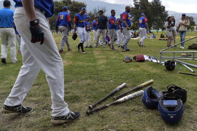 Venezuelan immigrants prepare to play softball during the inauguration of the Pichincha League Softball Championship, at Parque Bicentenario, in Quito on March 18, 2018. The increase in the number of Venezuelan immigrants in Ecuador leaded to growth of the softball league from four to 16 teams in the last years, with some 450 players in total. / AFP PHOTO / Rodrigo BUENDIA / TO GO WITH AFP STORY BY PAOLA LOPEZ