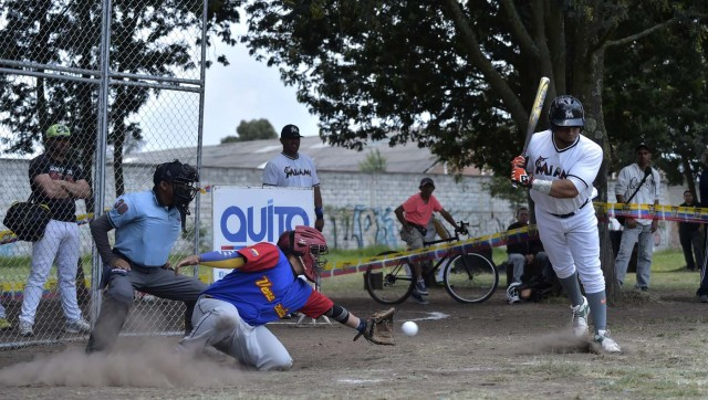 Venezuelan inmigrants play softball during the inauguration of the Pichincha League Softball Championship, at Parque Bicentenario, in Quito on March 18, 2018. The increase in the number of Venezuelan immigrants in Ecuador leaded to growth of the softball league from four to 16 teams in the last years, with some 450 players in total. / AFP PHOTO / Rodrigo BUENDIA / TO GO WITH AFP STORY BY PAOLA LOPEZ