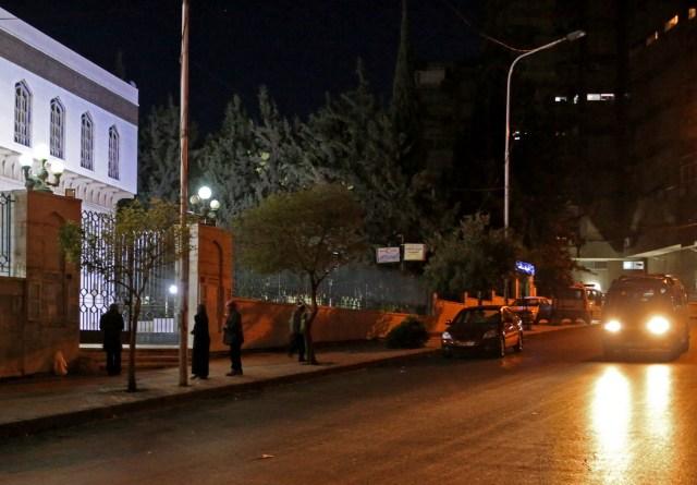 Una foto tomada en la madrugada del 14 de abril de 2018 muestra a las personas que llegan a una mezquita en el barrio Mazze de Damasco para la oración musulmana al amanecer, tras las huelgas de Estados Unidos, Francia y Gran Bretaña contra el gobierno sirio.Los ataques occidentales de la madrugada del sábado afectaron las bases militares sirias y los centros de investigación de la capital y el centro del país, dijo un monitor, mientras Estados Unidos, Francia y Gran Bretaña anunciaban una operación conjunta. / AFP PHOTO / STRINGER