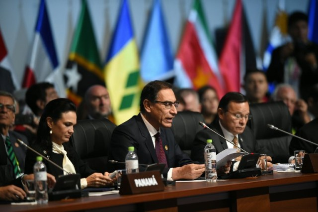 Peruvian President Martin Vizcarra (C) speaks during the plenary session of the Eighth Americas Summit in Lima, on April 14, 2018. US strikes on Syria overshadowed the Americas Summit, which ends Saturday condemning corruption and calling for more sanctions on the Venezuelan government. / AFP PHOTO / Luka GONZALES