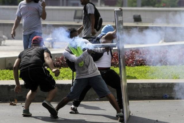 Estudiantes chocan con la policía antidisturbios, durante una protesta contra las reformas del gobierno en el Instituto de Seguridad Social (INSS) en Managua el 20 de abril de 2018. Dos manifestantes y un policía fueron asesinados en la capital de Nicaragua Managua después de que las protestas Las protestas más significativas en los 11 años de mandato del presidente Daniel Ortega, dijeron funcionarios el viernes.  INTI OCON / AFP