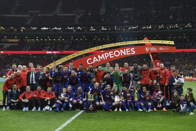 Barcelona's players pose with the trophy after winning the Spanish Copa del Rey (King's Cup) final football match Sevilla FC against FC Barcelona at the Wanda Metropolitano stadium in Madrid on April 21, 2018.  Barcelona won 5-0.  / AFP PHOTO / LLUIS GENE