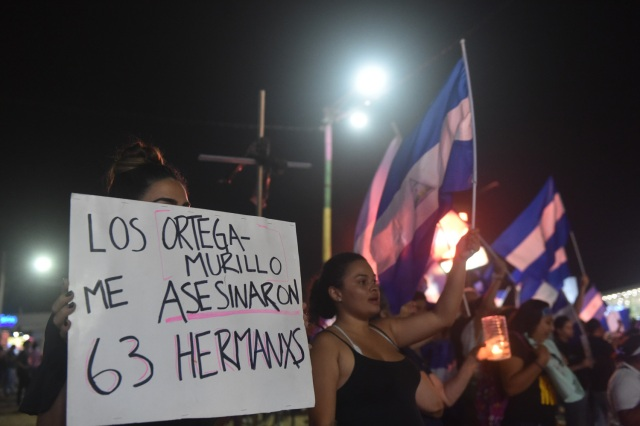 Los estudiantes portan velas durante una protesta que exige al presidente nicaragüense Daniel Ortega y su esposa, la vicepresidenta Rosario Murillo que renuncien, en Managua el 27 de abril de 2018. / AFP PHOTO / RODRIGO ARANGUA