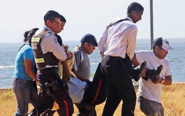 Funcionarios del cuerpo detectivesco presumen que los delincuentes pretendían robarle el arma de reglamento al uniformado