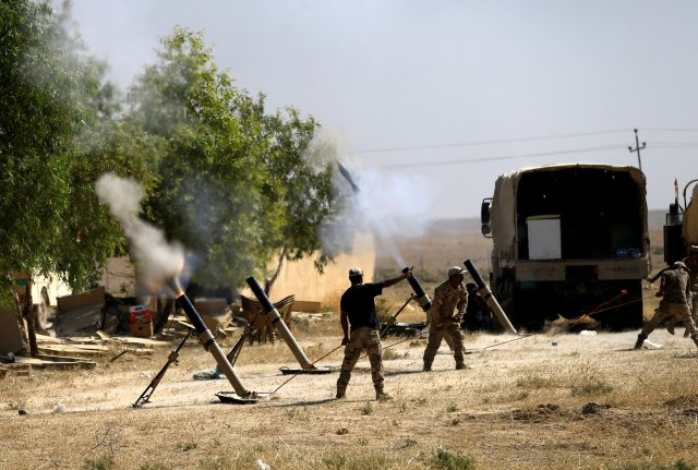 FILE PHOTO: Members of Iraqi Army fire mortar shells during the war between Iraqi army and Shi'ite Popular Mobilization Forces (PMF) against the Islamic State militants in al-Ayadiya, northwest of Tal Afar, Iraq August 28, 2017. REUTERS/Thaier Al-Sudani/File Photo
