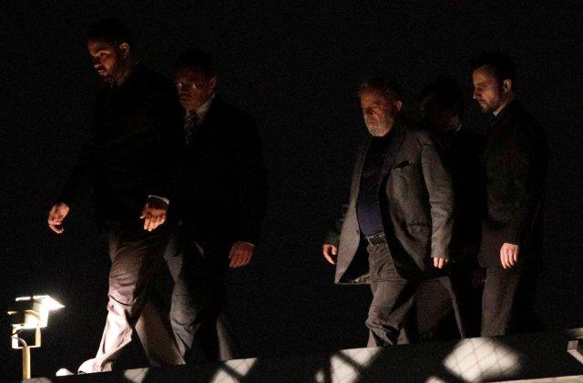 El ex presidente brasileño Luiz Inácio Lula da Silva llega a la sede de la Policía Federal, en Curitiba, Brasil, el 7 de abril de 2018. REUTERS / Ricardo Moraes