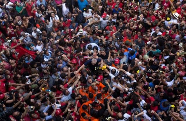 El expresidente de Brasil Luiz Inácio Lula da Silva es cargado por seguidores en frente de la sede del sindicato de trabajadores metalúrgicos en Sao Bernardo do Campo, Brasil, 7 de abril de 2018. REUTERS/Francisco Proner TPX IMAGES OF THE DAY - RC1797C70690