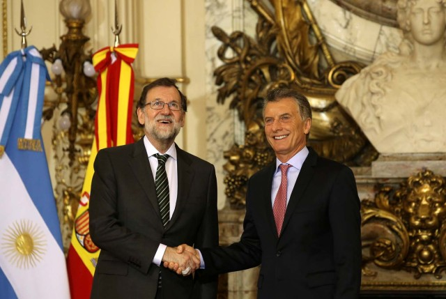 Argentine President Mauricio Macri and Spain's Prime Minister Mariano Rajoy shake hands at the Casa Rosada government house in Buenos Aires, Argentina April 10, 2018. REUTERS/Agustin Marcarian