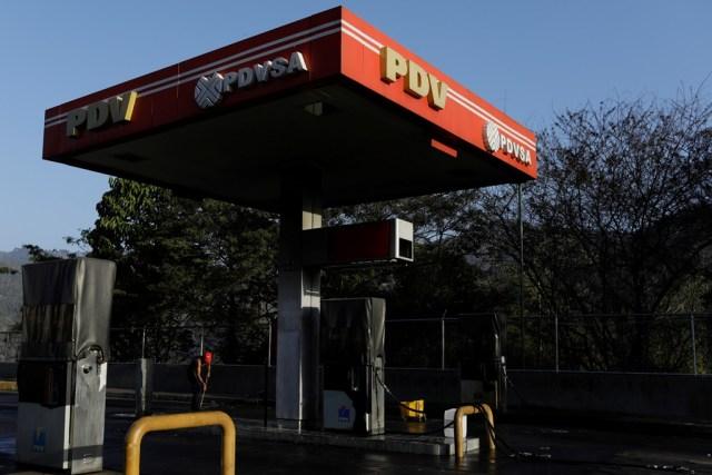 El logo corporativo de la petrolera estatal PDVSA es visto en una estación de servicio en Caracas, Venezuela, 19 de marzo de 2018. REUTERS/Marco Bello - RC1ABE1B51E0