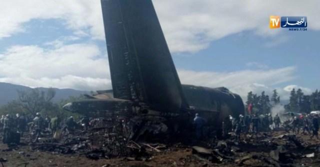 Un avión militar argelino es visto después de estrellarse cerca de un aeropuerto en las afueras de la capital, Argel, Argelia, el 11 de abril de 2018