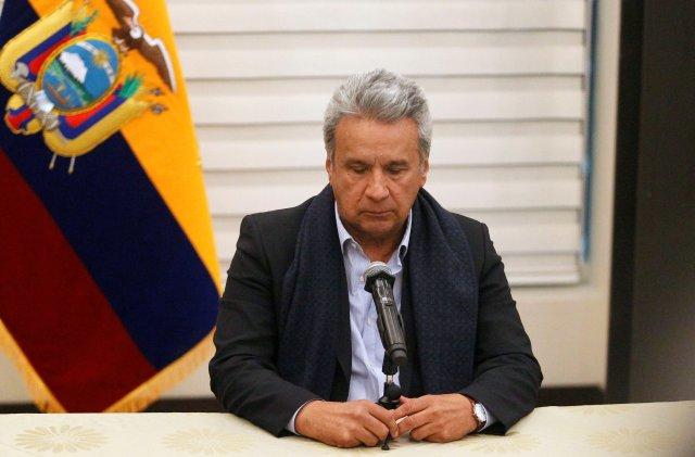 El presidente de Ecuador, Lenín Moreno, en una rueda de prensa luego de su llegada al aeropuerto en Quito, a donde retornó desde Lima interrumpiendo su participación en la Cumbre de las Américaas, 12 de abril de 2018. REUTERS/Daniel Tapia