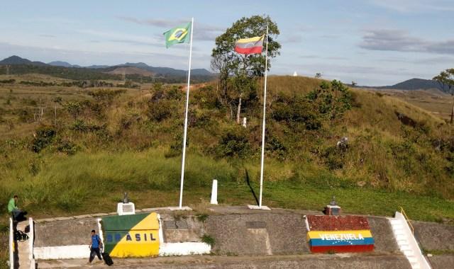 Los venezolanos están de pie con el equipaje en la frontera entre Venezuela y Brasil, cerca de la ciudad brasileña de Pacaraima, estado de Roraima, Brasil el 16 de noviembre de 2017. Foto tomada el 16 de noviembre de 2017. REUTERS / Nacho Doce