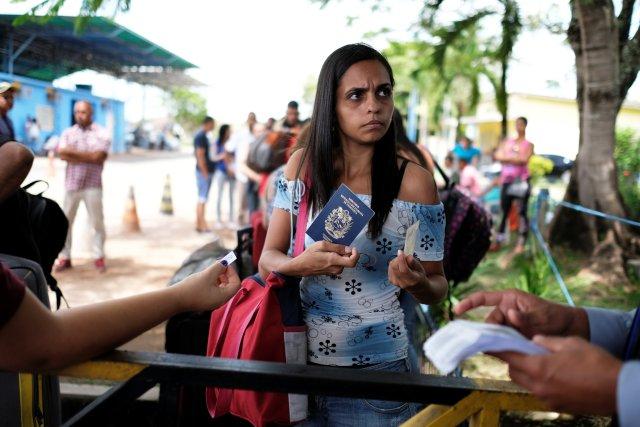 Una mujer venezolana muestra su pasaporte (L) y su documento de identidad en el control fronterizo de Pacaraima, estado de Roraima, Brasil 16 de noviembre de 2017. Foto tomada el 16 de noviembre de 2017. REUTERS / Nacho Doce