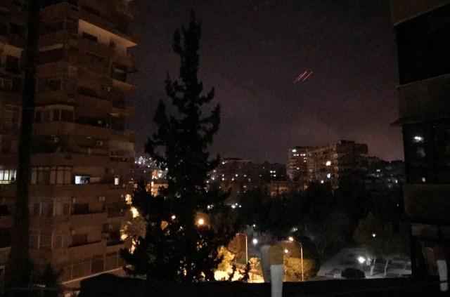 Fuego antiaéreo, en Damasco, la capital de Siria. 14 de abril de 2018. REUTERS/Feras Makdesi