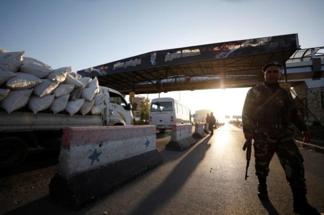 Un soldado sirio es visto en un puesto de control en Damasco, Siria, el 14 de abril de 2018. REUTERS/ Omar Sanadiki