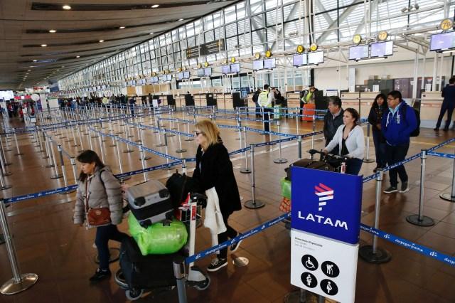 Pasajeros en una terminal aérea esperan durante una huelga indefinida de los tripulantes de LAN Express, una subsidiaria de la chilena LATAM Airlines. Santiago, Chile April 10, 2018. REUTERS/Rodrigo Garrido