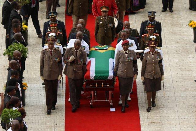 El ataúd de Winnie Madikizela-Mandela se saca del estadio de Orlando durante su funeral en Soweto, Sudáfrica, el 14 de abril de 2018. REUTERS / Philimon Bulawayo