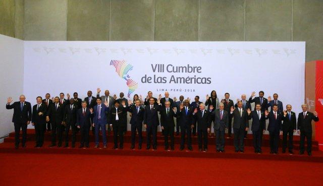 Los jefes de estado posan para la foto familiar de la VIII Cumbre de las Américas en Lima, Perú, el 14 de abril de 2018. REUTERS / Ivan Alvarado