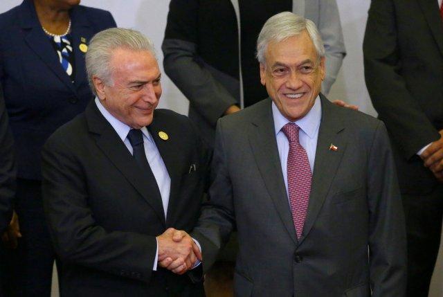El presidente de Brasil, Michel Temer, y el presidente de Chile, Sebastián Piñera, se dan la mano en la foto de la familia durante la VIII Cumbre de las Américas en Lima, Perú, el 14 de abril de 2018. REUTERS / Ivan Alvarado