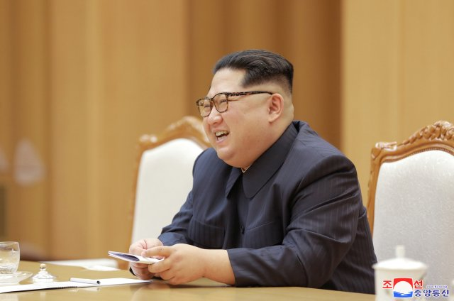 El líder norcoreano Kim Jong Un se reúne con Song Tao, jefe del Departamento Internacional del Partido Comunista de China, quien dirigió una compañía de arte china a Corea del Norte para el Festival de Arte Amistad de abril, en esta foto de la Agencia de Noticias Coreana de Corea del Norte (KCNA) ) el 15 de abril de 2018. KCNA / vía EDITORES DE ATENCIÓN DE REUTERS - ESTA FOTO FUE PROPORCIONADA POR UN TERCERO. REUTERS NO PUEDE VERIFICAR INDEPENDIENTEMENTE LA AUTENTICIDAD, EL CONTENIDO, LA UBICACIÓN O LA FECHA DE ESTA IMAGEN. NO HAY VENTAS DE TERCEROS. COREA DEL SUR HACIA FUERA.