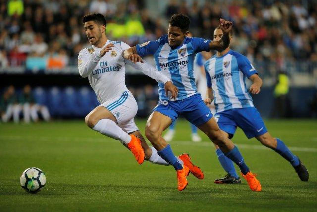 Soccer Football - La Liga Santander - Malaga CF vs Real Madrid - La Rosaleda, Malaga, Spain - April 15, 2018   Real Madrid's Marco Asensio in action with Malaga's Roberto Rosales     REUTERS/Jon Nazca