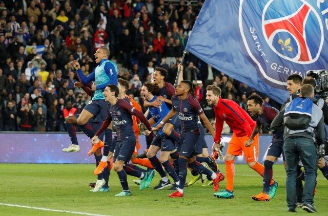 Soccer Football - Ligue 1 - Paris St Germain vs AS Monaco - Parc des Princes, Paris, France - April 15, 2018   Paris Saint-Germain players celebrate after the match after winning Ligue 1            REUTERS/Charles Platiau