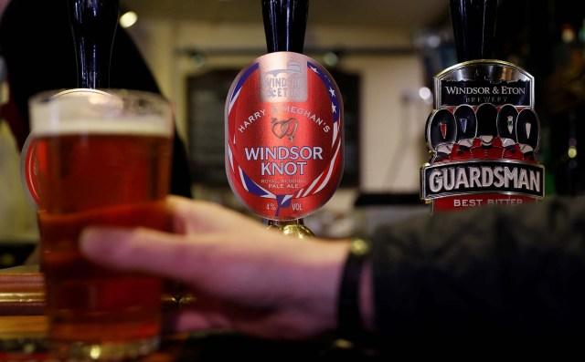 Un bebedor toma una pinta de la pale ale de Harry y Meghan en Windsor, en un pub de Eton, Gran Bretaña, el 11 de abril de 2018. Fotografía tomada el 11 de abril de 2018. REUTERS / Peter Nicholls