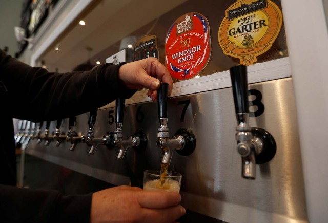 Una copa de cata se llena con la cerveza paleada Windsor Knot de Harry y Meghan en la cervecería Windsor and Eton en Windsor, Gran Bretaña, el 11 de abril de 2018. Fotografía tomada el 11 de abril de 2018. REUTERS / Peter Nicholls