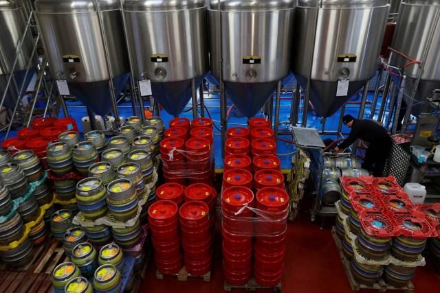 Un trabajador llena barriles con cerveza en la cervecería Windsor and Eton en Windsor, Gran Bretaña, el 11 de abril de 2018. Fotografía tomada el 11 de abril de 2018. REUTERS / Peter Nicholls