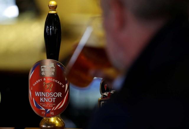 Un hombre bebe de una pinta de cerveza Windsor Knot de Harry y Meghan en un pub de Eton, Gran Bretaña, el 11 de abril de 2018. Fotografía tomada el 11 de abril de 2018. REUTERS / Peter Nicholls IMÁGENES DE TPX DEL DÍA