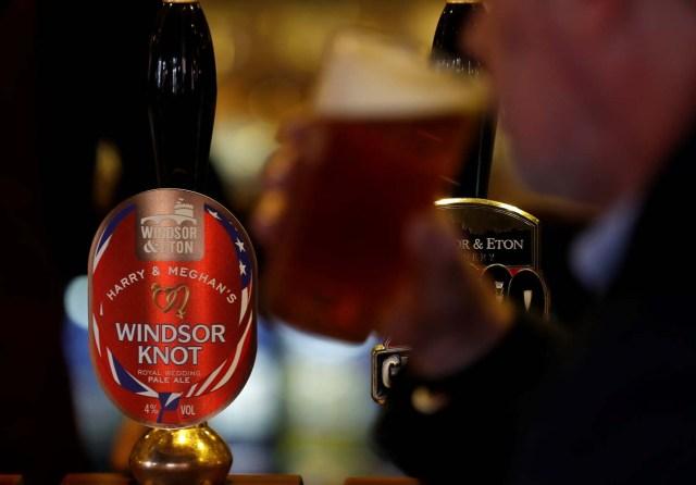 Un hombre bebe de una pinta de cerveza Windsor Knot de Harry y Meghan en un pub de Eton, Gran Bretaña, el 11 de abril de 2018. Fotografía tomada el 11 de abril de 2018. REUTERS / Peter Nicholls